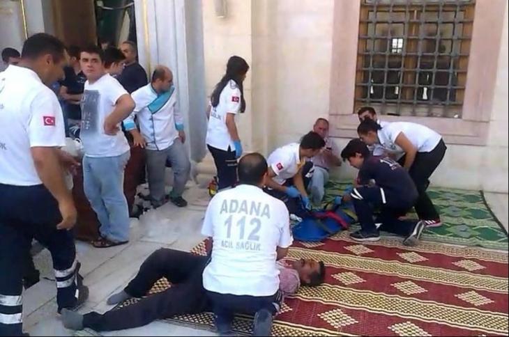 Camide 'Üzerimde bomba var' diyen şahıs cemaatten dayak yedi