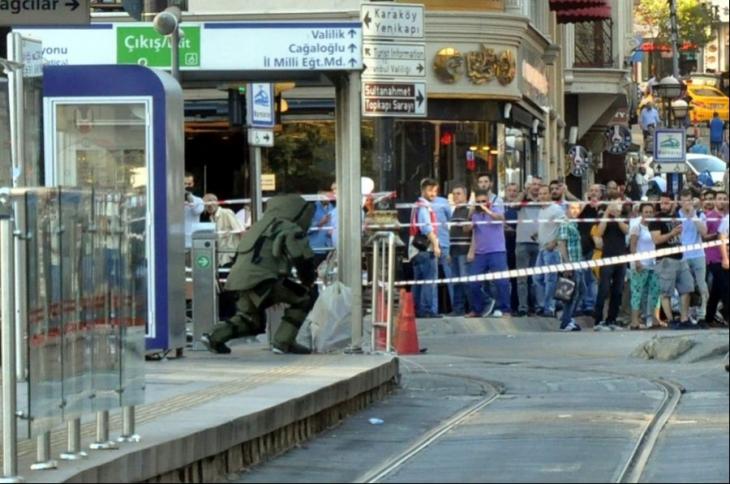 Tramvay durağındaki sahipsiz poşet seferleri durdurdu