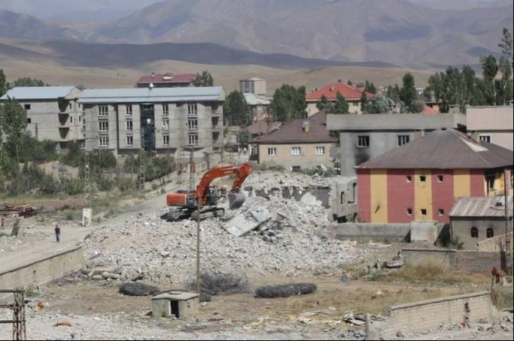 Yüksekova'da yıkımlar, tepkilere rağmen sürüyor