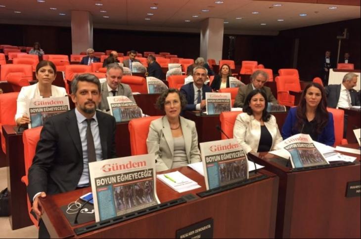 TBMM'de HDP milletvekillerinden Özgür Gündem'le dayanışma