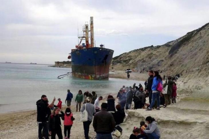 Bozcaada sahilindeki 'Mercy God' isimli gemi sökülüyor