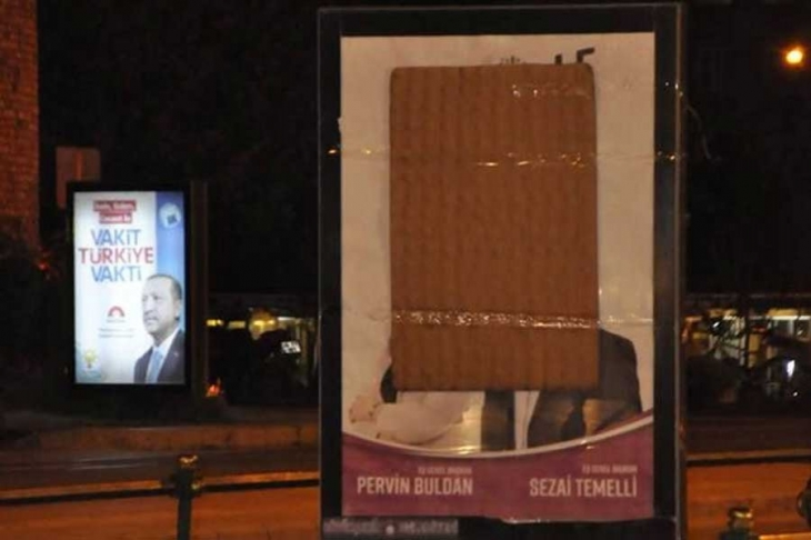 HDP reklam panosuna saldırı: Camlar kırıldı, afiş kapatıldı