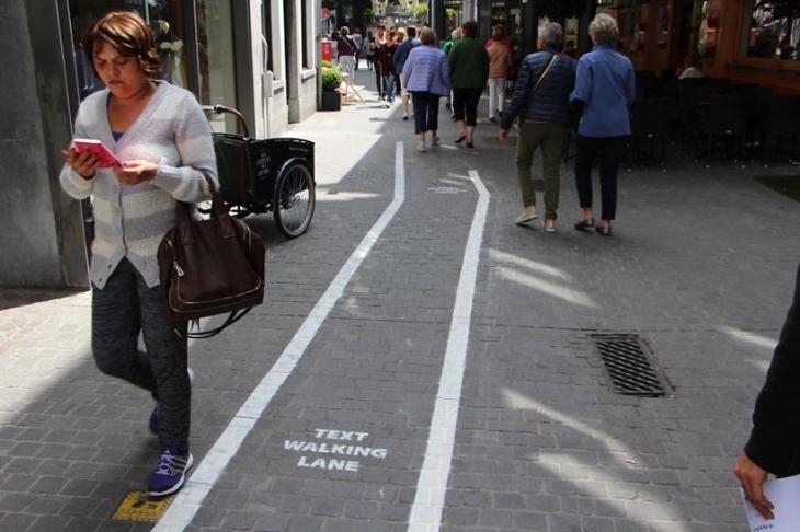 Telefon bağımlıları için özel yürüme şeritleri