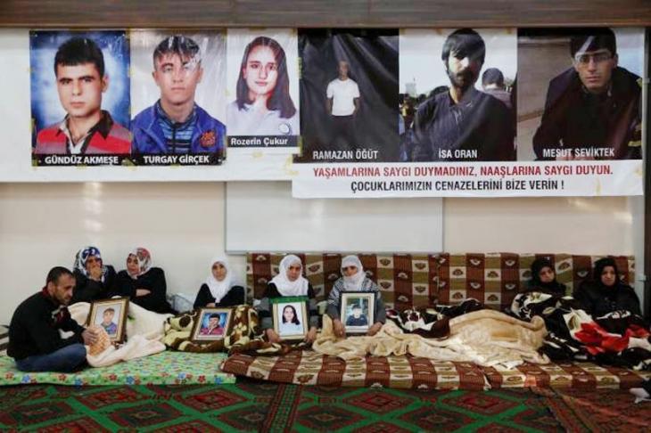 Cenazelerini isteyen aileler oturma eylemine başladı