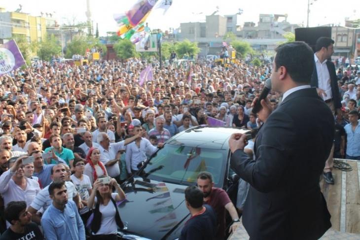 Adana'da halk yasaklara rağmen alanlara çıktı