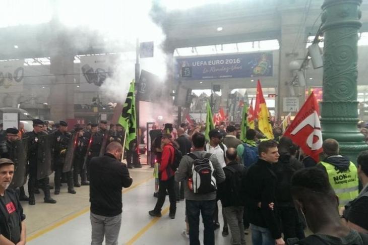 Fransa'da Avrupa kupasını taşıyan treni işçiler durdurdu!