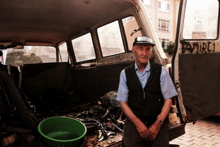 Ankara sokaklarında yaşlı bir tamirci dolaşıyor...