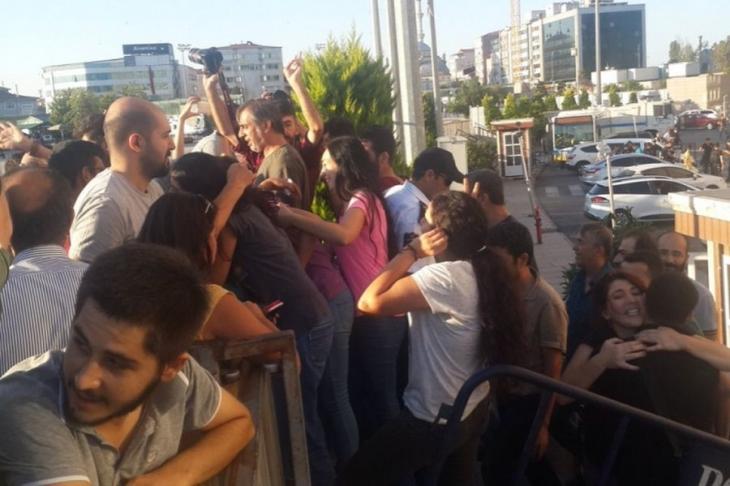 20'si gazeteci 22 kişi serbest bırakıldı