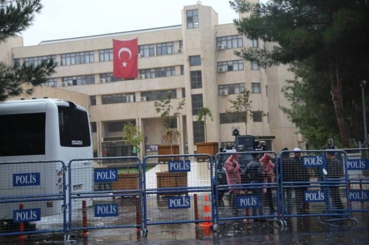 Diyarbakır'da belediye binasına giriş yasak!