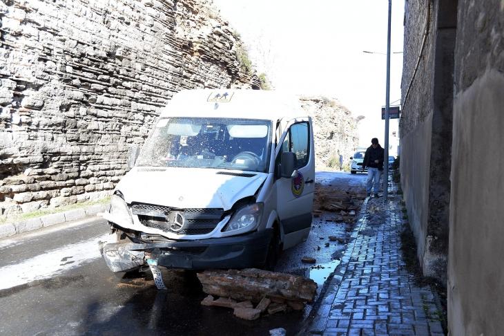 Topkapı'da öğrenci servisinin önüne surdan parça düştü
