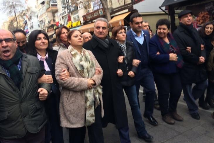 CHP'li vekillerden 'Ayağa kalk' eylemi