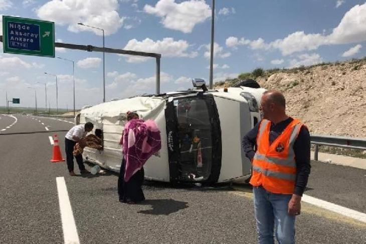 Tarım işçilerini taşıyan minibüs devrildi: 10 işçi yaralı