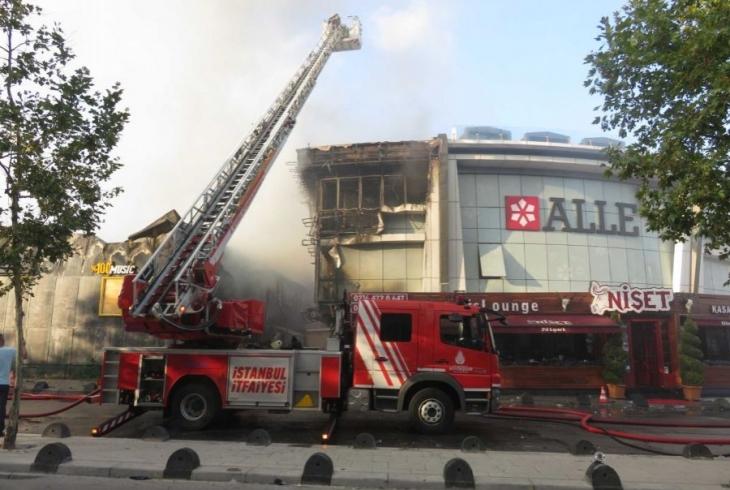 Ataşehir'de depoda çıkan yangın gece kulübüne sıçradı