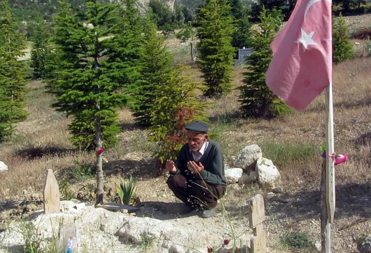 Recep amca babalar gününde oğlunun mezarı başındaydı
