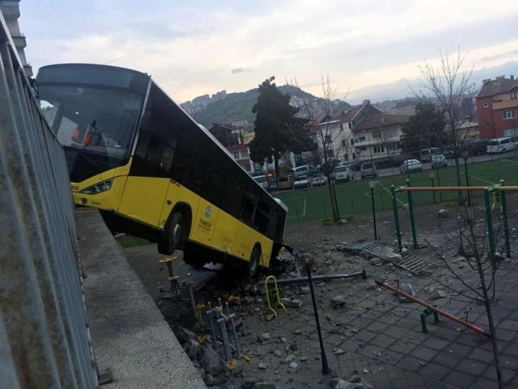 Trabzon'da yolcu otobüsü çocuk parkına düştü