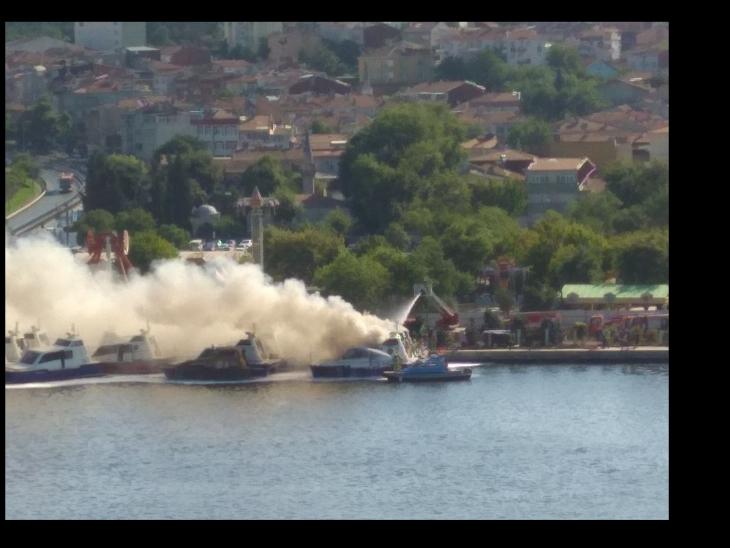 Haliç'te 3 deniz taksisi yandı