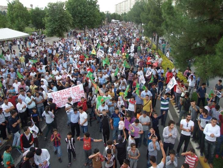 Diyarbakır'da binlerce kişi Kobanê için yürüdü