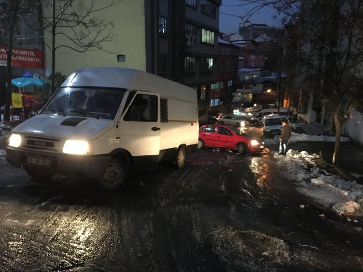 Buzlanan yollarda yayalar ve araçlar zor anlar yaşadı