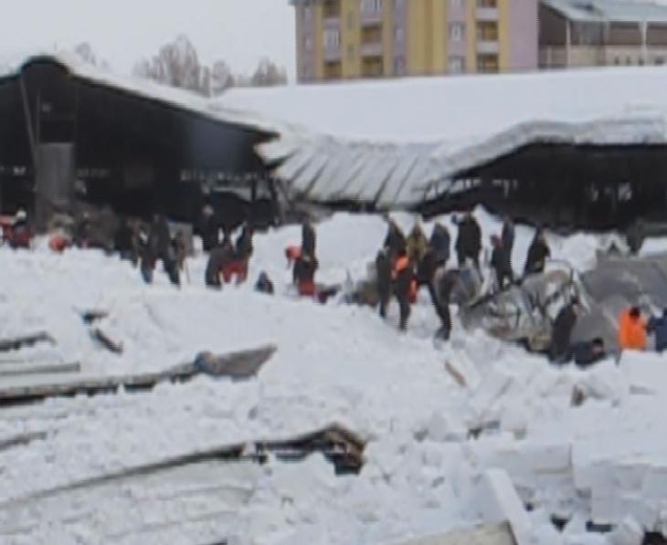 Ağrı'da sebze pazarının çatısı kardan çöktü