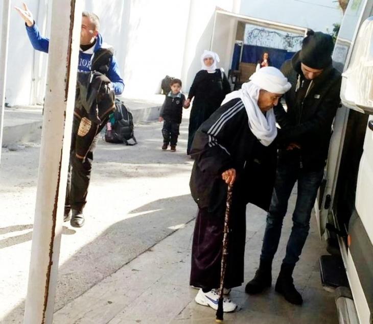 Bot patlak çıktı, 25 mülteci karaya döndü