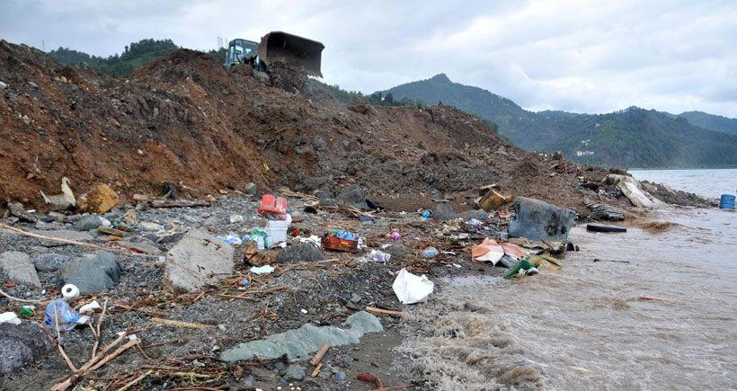 Hopa'yı toprak, çamur, balçık ve sel atıklarını Karadeniz'e dökerek temizliyorlar!