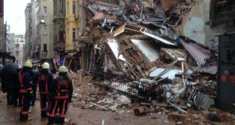 Beyoğlu'da 5 katlı bir bina çöktü!