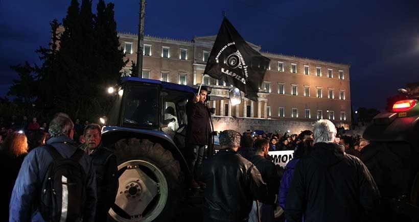 Yunanistan'da çiftçiler traktörleriyle Parlamento önünde eylem yapıyor