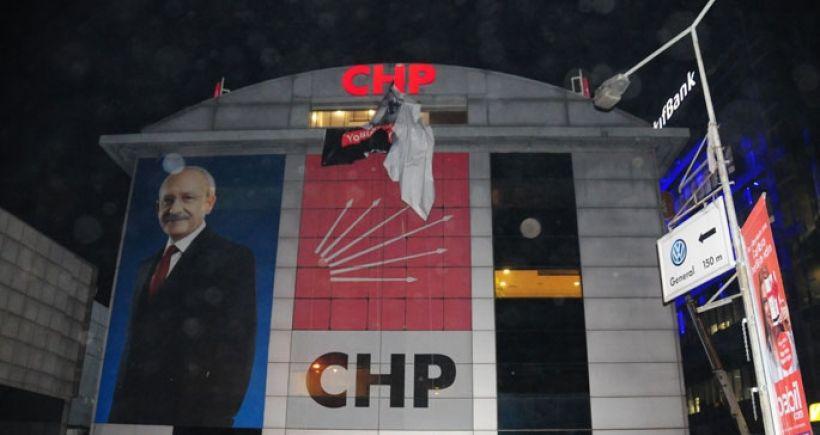 Polis, pankartı indirip CHP il binasını aradı
