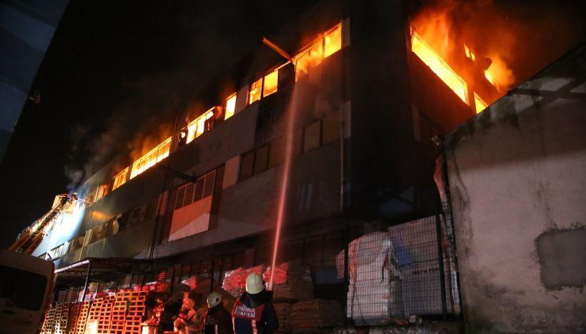 Avcılar'da Kağıt Fabrikası Alev Alev Yandı