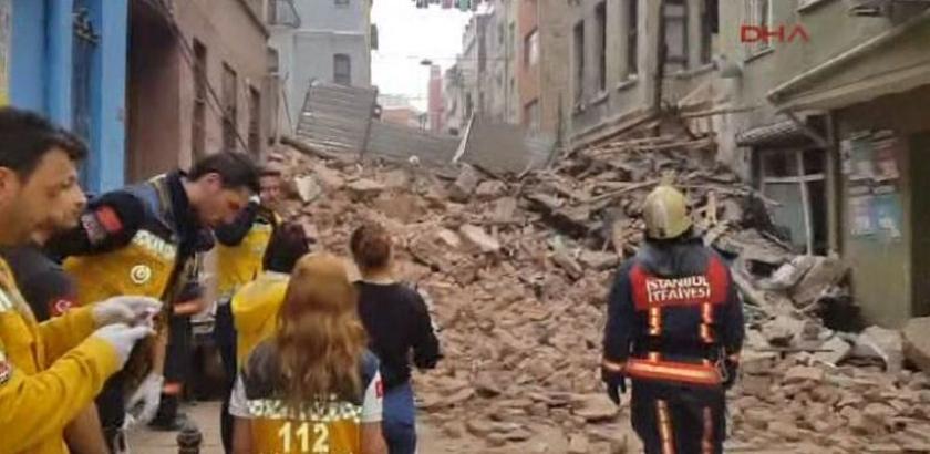 Beyoğlu'da metruk bir bina çöktü