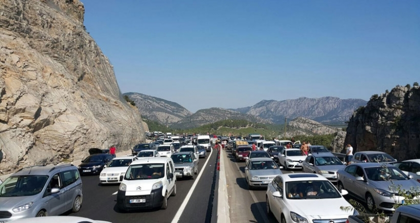 Antalya- Korkuteli karayolunda trafik durdu binlerce araç mahsur kaldı