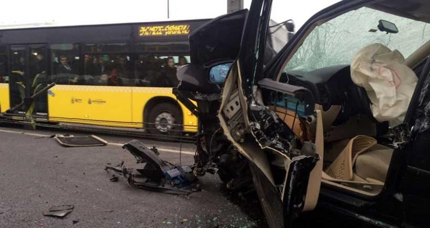 Sefaköyde otomobil metrobüsle çarpıştı: 5 yaralı 34