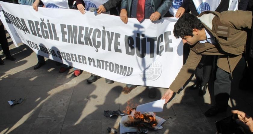 Kamu emekçileri Adana'da bordro yaktı