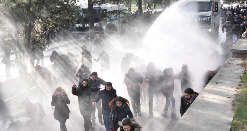 Anadolu Üniversitesi'nde öğrencilere TOMA'lı polis saldırısı