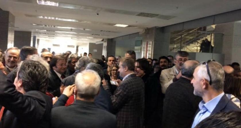 Dündar ve Gül'e desteğe gelenler: Cumhurbaşkanı suç işliyor
