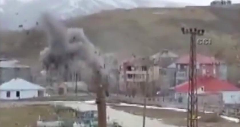Yüksekova'da evler tank ve top atışlarıyla yıkılıyor