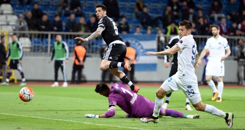 Kasımpaşa'ya 2-1 yenilen Beşiktaş zirvede ağır yara aldı