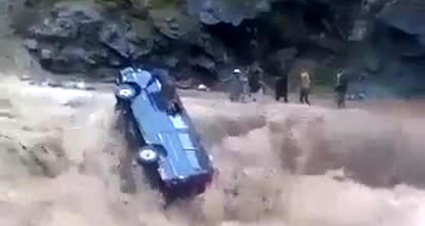 Pakistan'da sele kapılan minibüsteki yolcuların yaşama mücadelesi kamerada