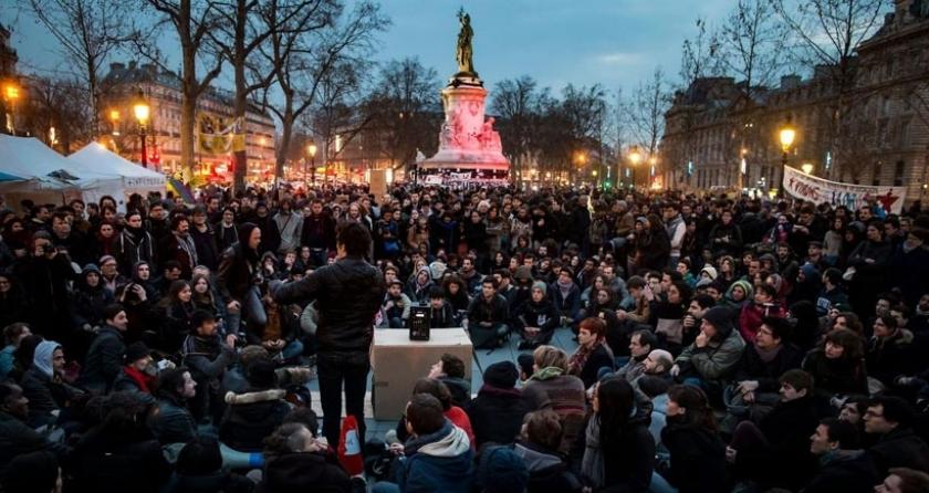 Fransa'da gençler gece gündüz ayakta