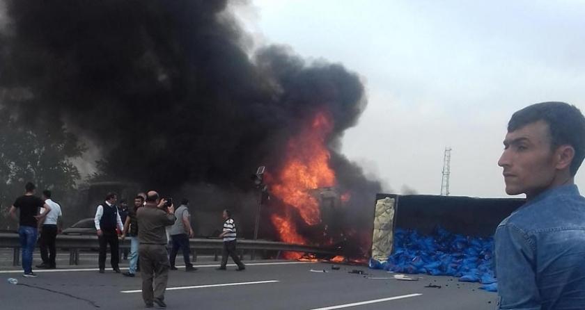 TEM Otoyolu'nda kömür yüklü TIR devrildi: 1 ölü, 4 yaralı