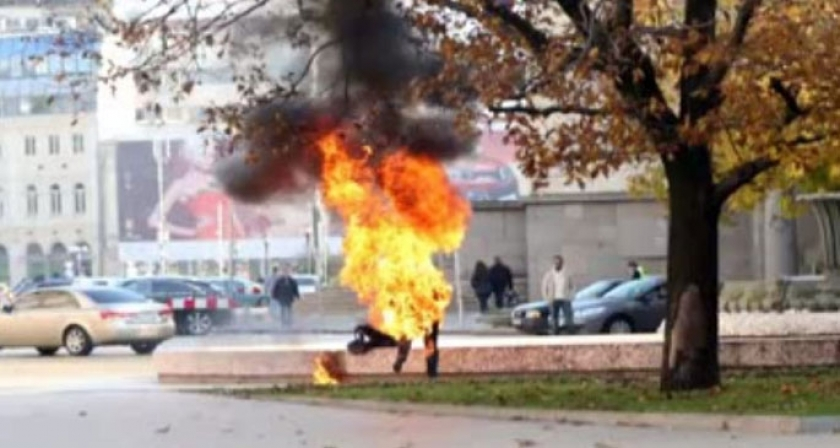 Kendisini başkanlık sarayının önünde yaktı