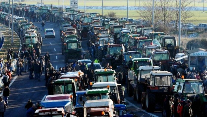 Yunanistan'da köylüler troykaya karşı yollara döküldü