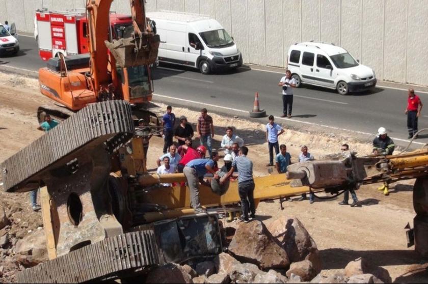 Urfa'da iş makinesi devrildi, operatör yaralandı