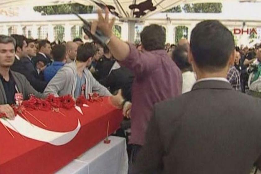 Polislerin cenazesinde çelenk gerginliği
