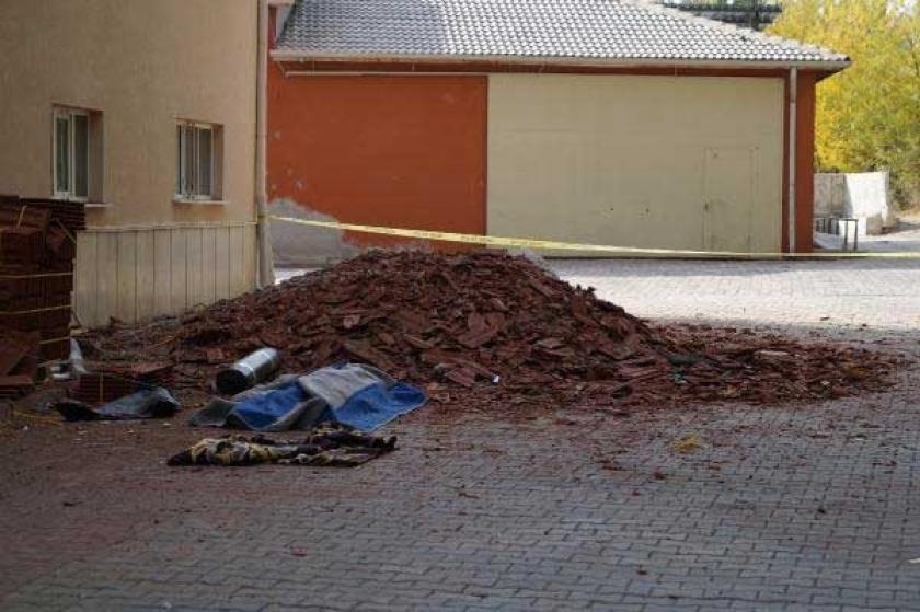 Üzerine çatı yalıtım malzemesi düşen işçi öldü