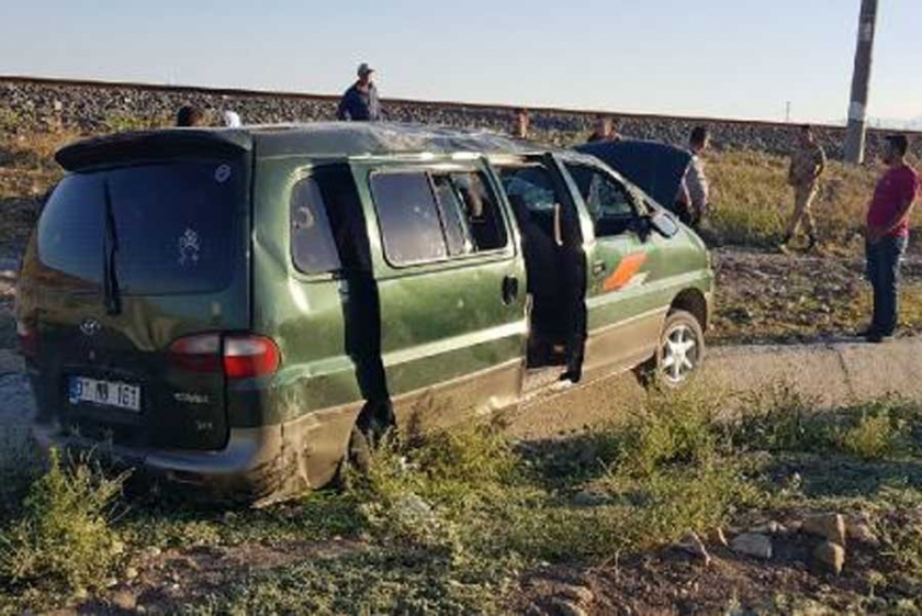 Suriyeli mültecileri taşıyan minibüs kaza yaptı: 7'si çocuk 12 yaralı