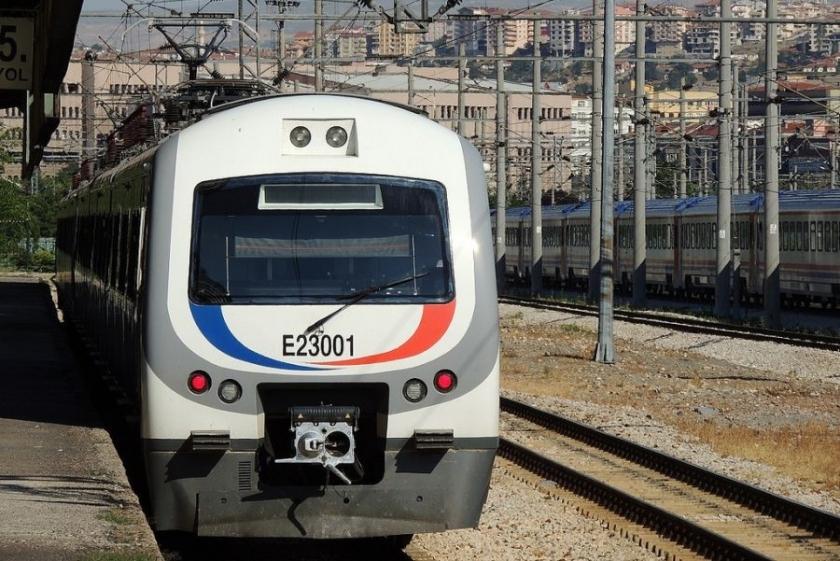 Trenin çarptığı kadın yaşamını yitirdi