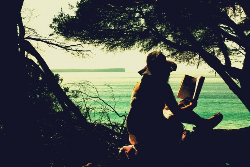 Uzanmışım kumsala, elimde kitabımla
