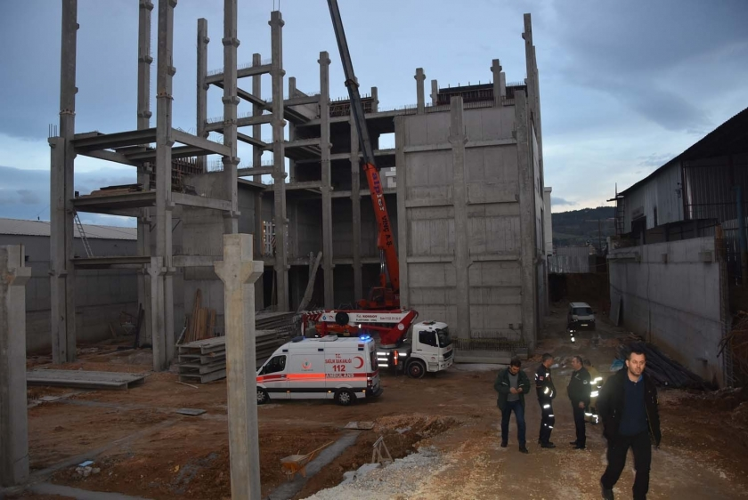 İzmir'de inşaatta çökme: 1 işçi öldü, 1 yaralı