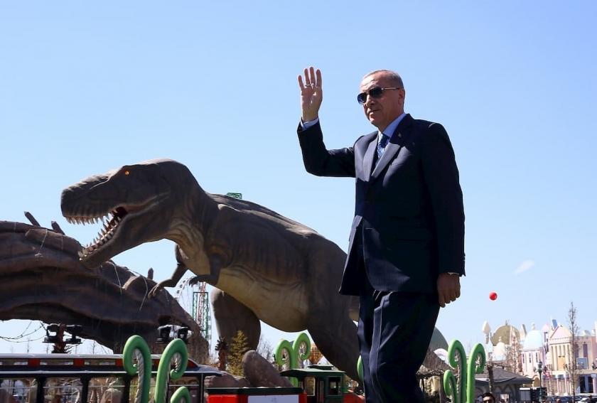 Erdoğan, görevden aldığı Gökçek'e 'dinozorlu park' için teşekkür etti